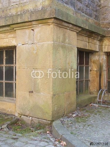 Fundament mit Kellerfenstern des Standesamt in Oerlinghausen bei Bielefeld im Teutoburger Wald