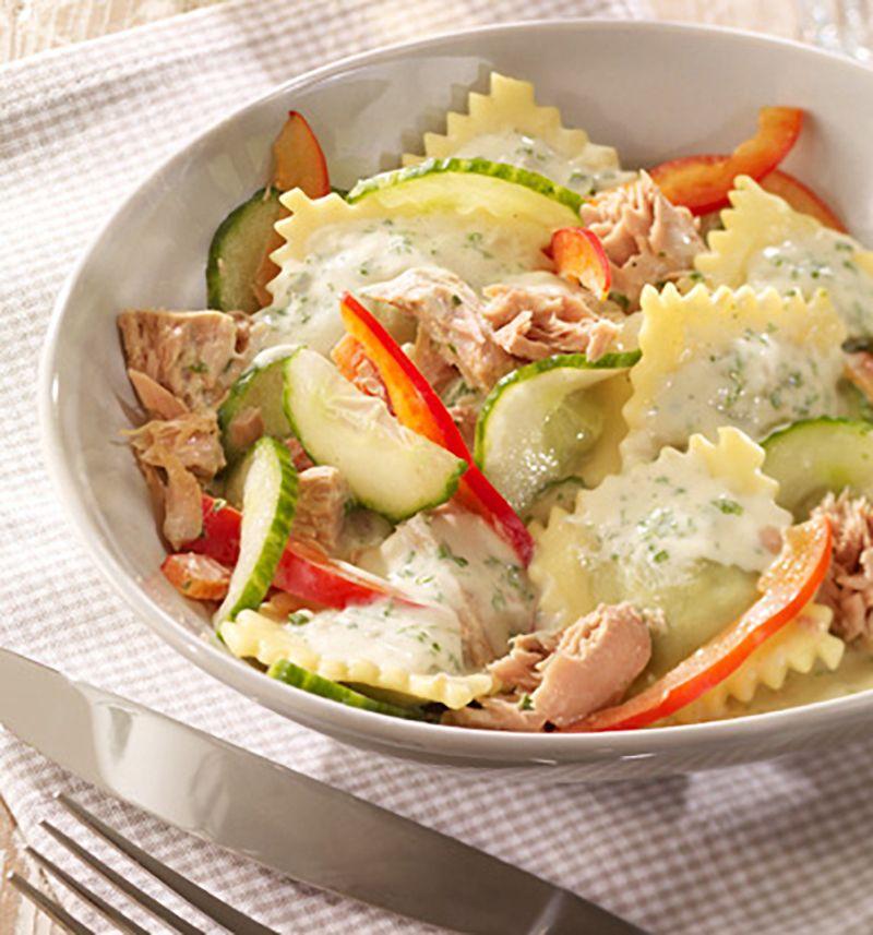 Salat aus Ravioli, Gurken und Paprika mit sahnigem Dressing.