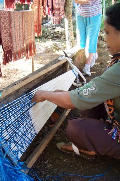 A cotton warp being tied for ikat #ManosArtesanas