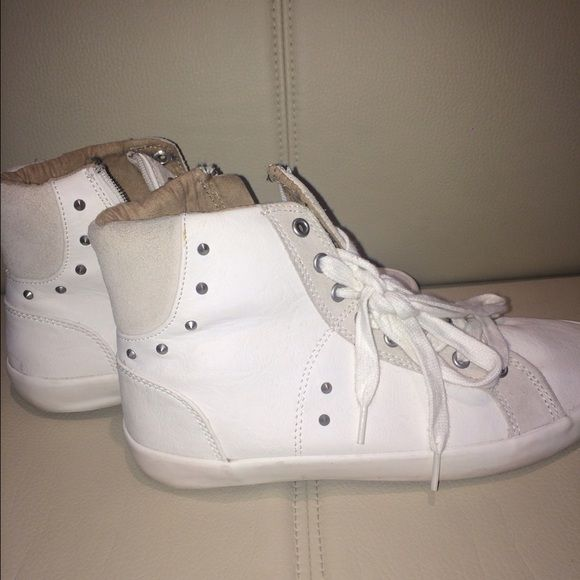 White sneakers These are never worn white sneakers. Soft leather and very comfortable shoes. Zara Shoes Sneakers