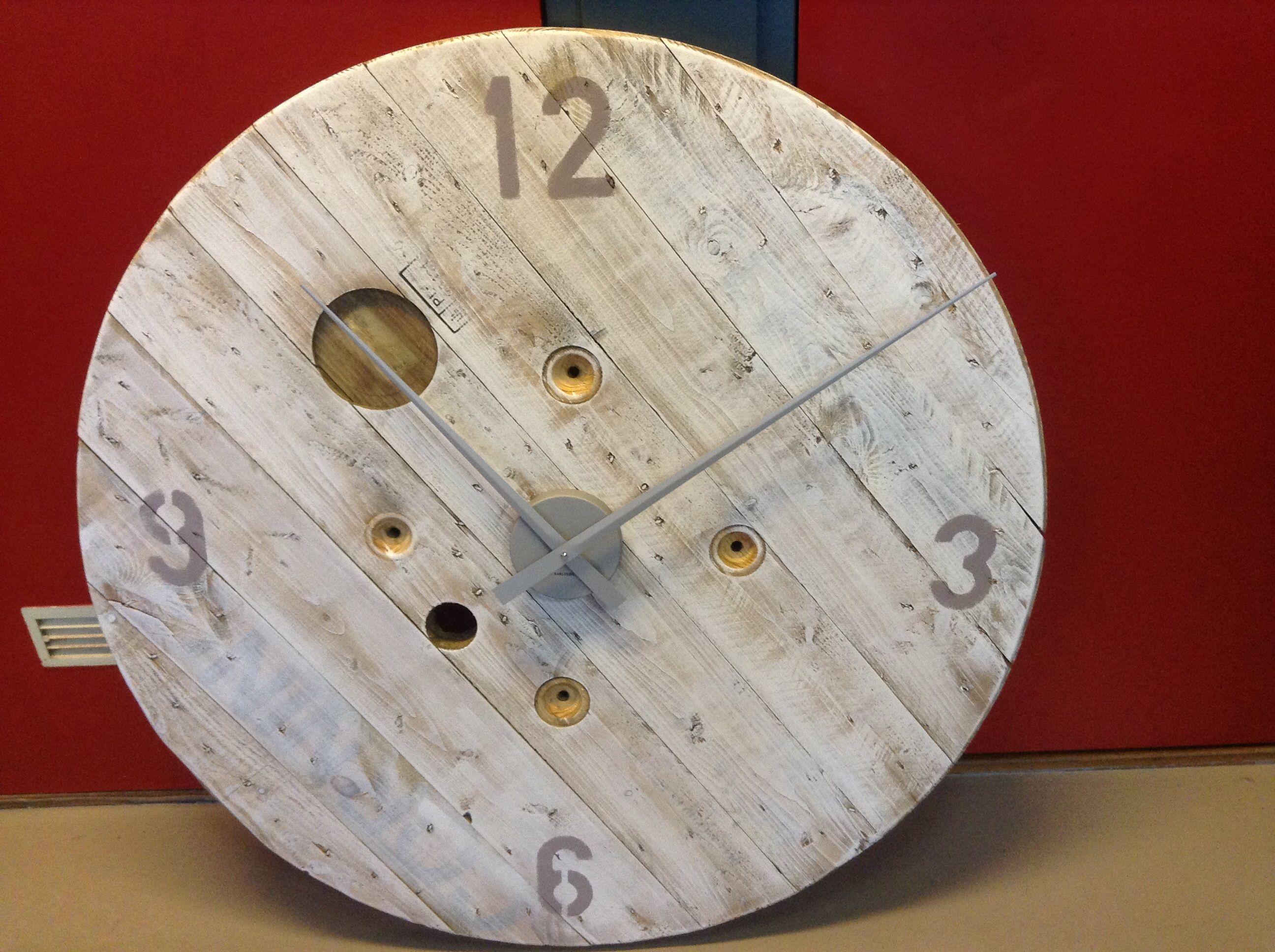 Grote klok 94 cm gemaakt van oude kabelhaspel. in whitewash met