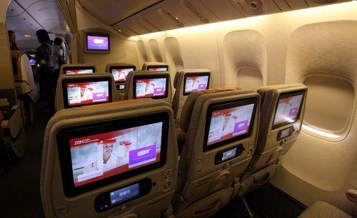 """Emirates investiert weiter in die Bordunterhaltung: Die in Dubai beheimatete internationale Fluggesellschaft wird ihre neue Boeing 777 Flotte mit noch größeren, persönlichen Bildschirmen für das mehrfach ausgezeichnete Bordunterhaltungsprogramm """"ice"""" (information, communication and entertainment) ausstatten. An Bord ist in allen drei Klassen (First, Business und Economy) jeder Sitz mit einem Bildschirm ausgestattet."""