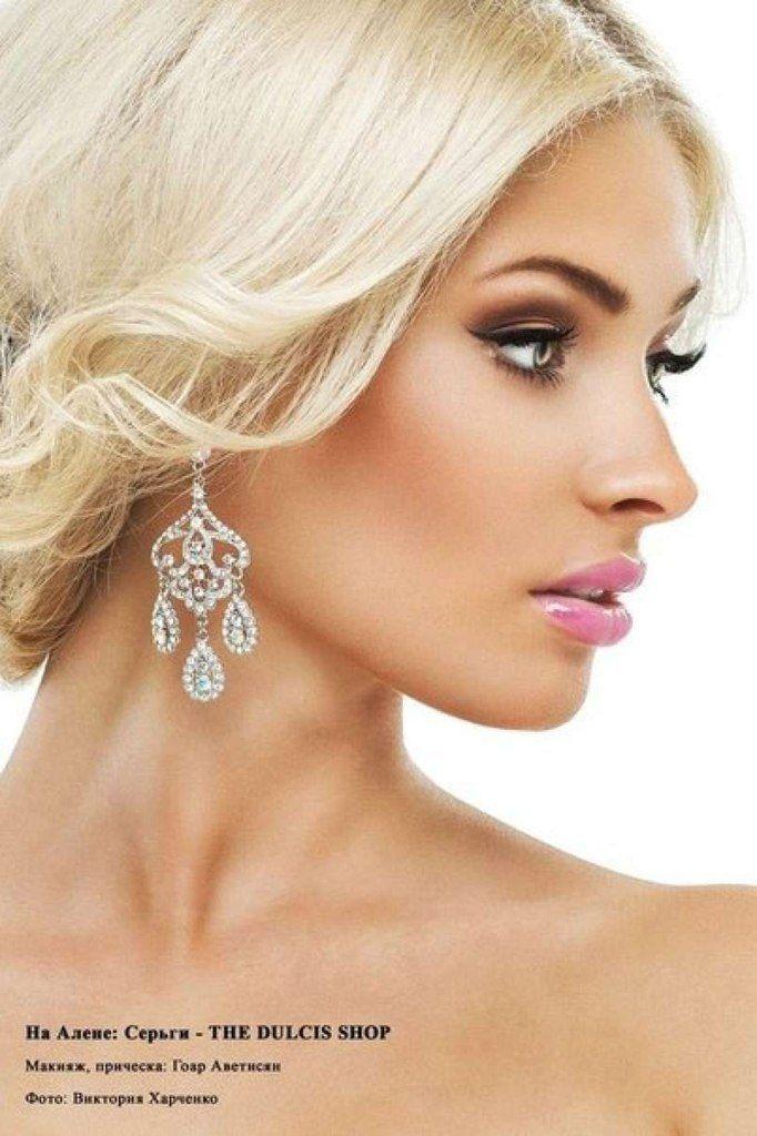 Stunning , love those earrings !