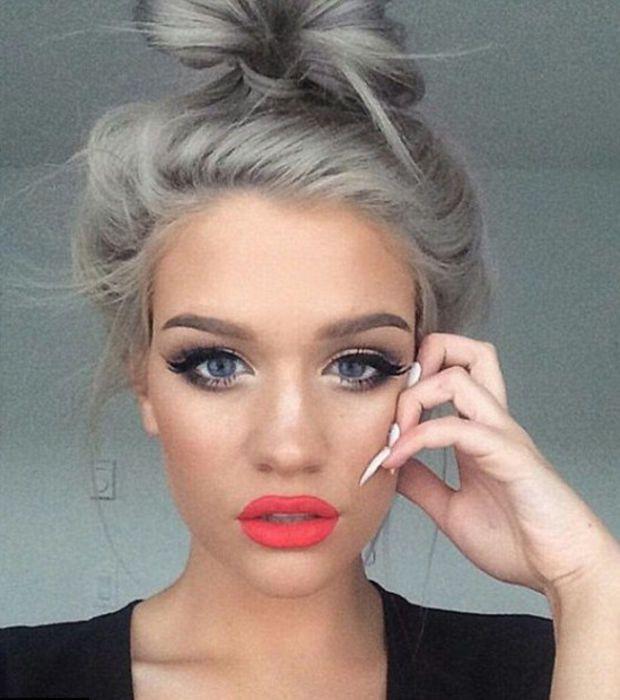 Cheveux gris platine femme