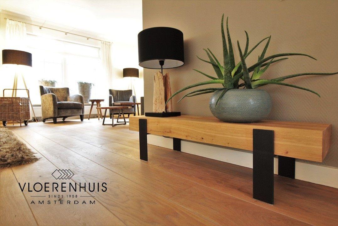 Design meubel van hout en zwart staal. heel mooi bij een houten