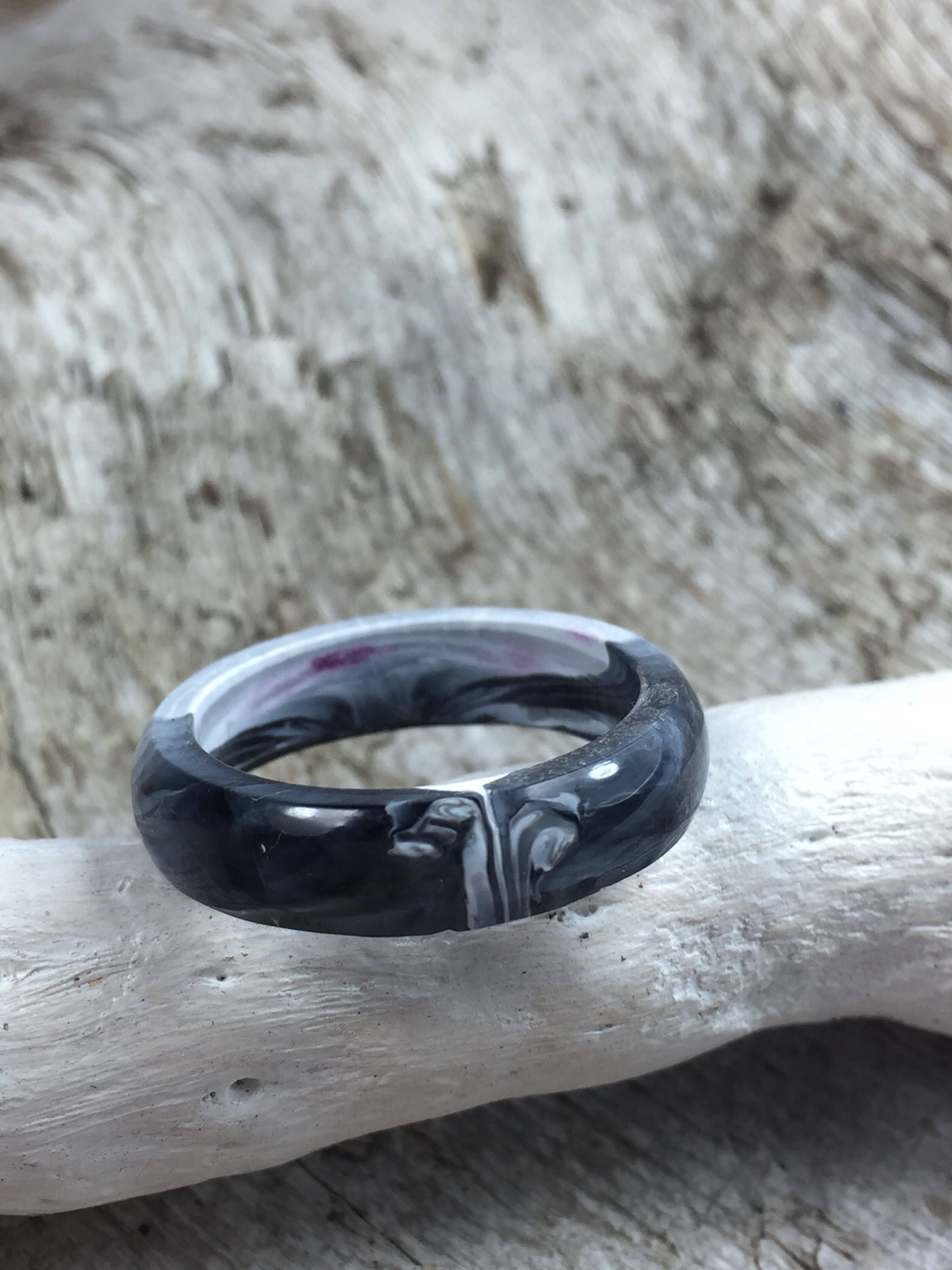 Resin jewelery/special resin ring in black and white in the inside ...