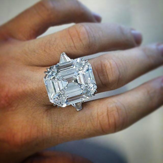 Elizabeth Taylor's famous Krupp Diamond, weighing 33.19 carats, was bought by Richard Burton in 1968 at Sotheby's for $307,000 -- the diamond was originally named after the Krupp family, a German industrialist dynasty, and was sold as part of the estate of Vera Krupp. In 2011, The Krupp was auctioned at Christie's, along with Elizabeth's other fabled jewels, and it sold for $8,818,500.  Via @fd_gallery #jewelryjournal @jewelryjournal
