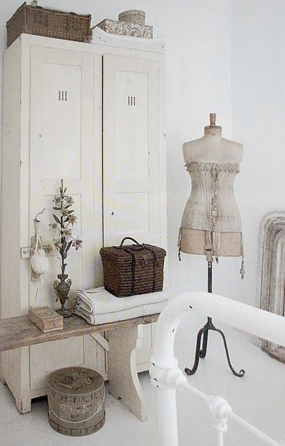 White with natural accents. The fantastic power of one or two natural elements of wood or baskets to elevate a simple white decor.