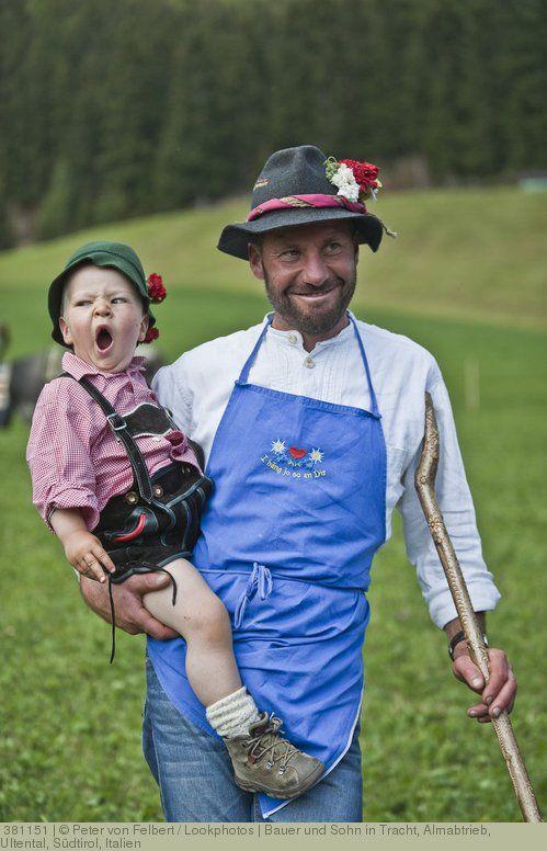 Bauer und Sohn in Tracht, Almabtrieb, Ultental, Südtirol, Italien ...