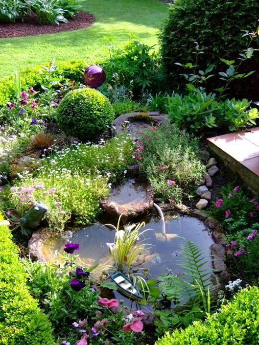 Miniteich an der Terrasse  G  Brunnen  Wasser  Teiche