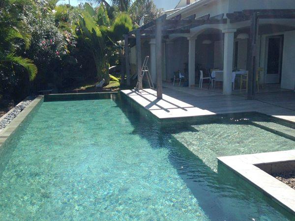 Piscine à La Réunion avec une belle terrasse en bois Réalisation - realiser une piscine en beton
