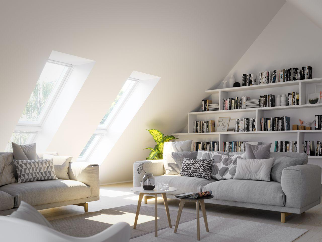 Stilvolles Wohnzimmer mit viel Tageslicht dank VELUX Fenstern ...
