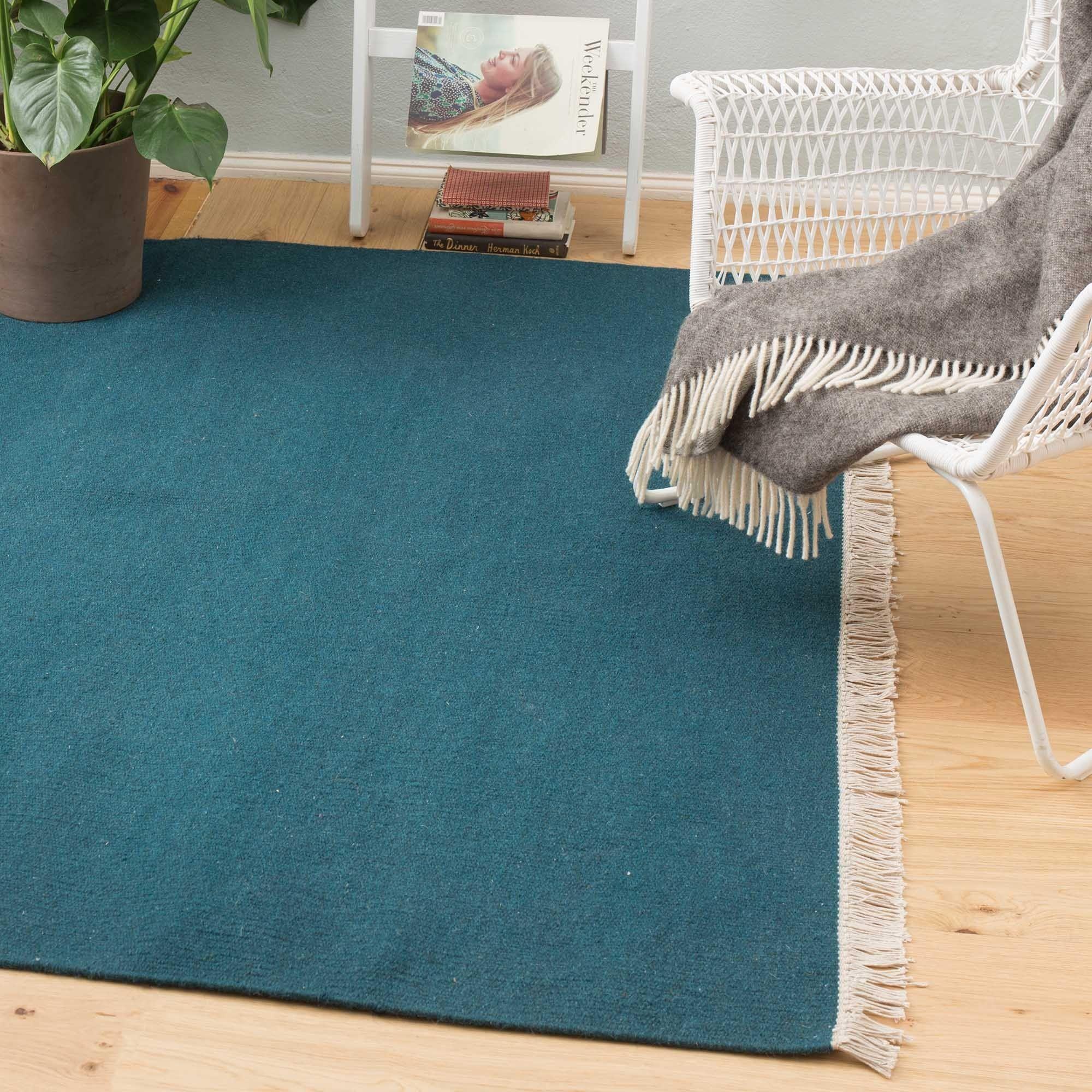 Unsere Teppich-Kollektion Manu wird von unseren Partnern in Indien in einem Mix aus reiner Wolle und Baumwolle in Leinwandbindung verwoben. Das unifarbene Design samt Fransen schenkt Ihrem Zuhause Farbe oder pure Eleganz – je nachdem welche Nuance Ihr Favorit ist.   Kombiniert mit einer rutschfesten Unterlage bleibt der Teppich an Ort und Stelle.