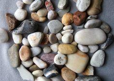 Kyllä, kuvassa on kasa kiviä. Ja kyllä, tämä on ehdottomasti suosituin lasten filosofiakahvilan tehtävistä. Kepit tai lehdet kävisivät varmasti myös, mutta kivissä on kyllä jotain erityisen ihanaa.…