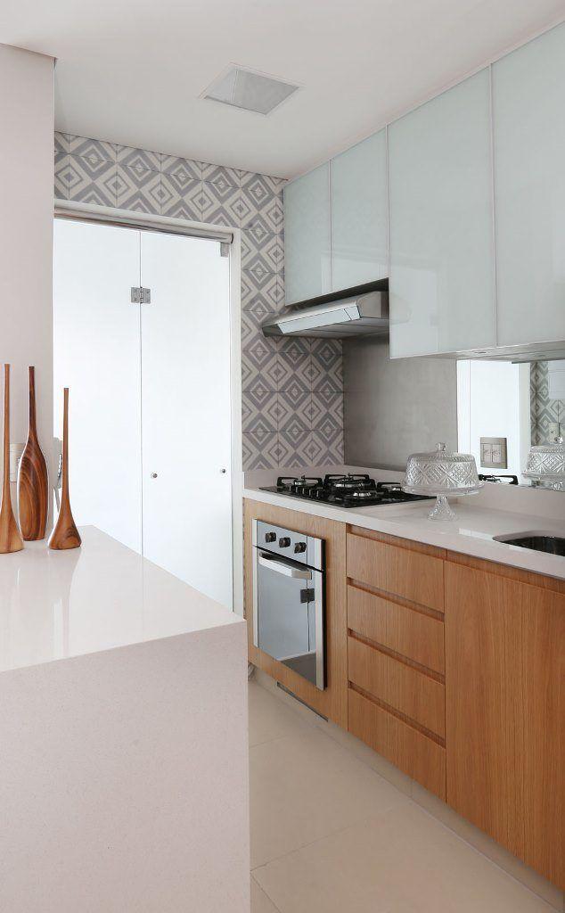 Adesivo Luz De Led ~ Cozinha integrada, bancada em pedra Caeserstone, armário inferior em mdf amadeirado, armário