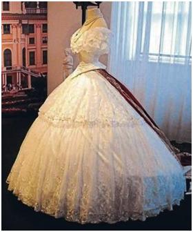 Sissi avait une immense garde,robe. Normal pour une impératrice!  Malheureusement, peu de robes ont été conservées; mais beaucoup de.