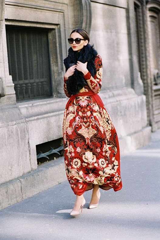 Gorgeous street style with matching top and skirt.