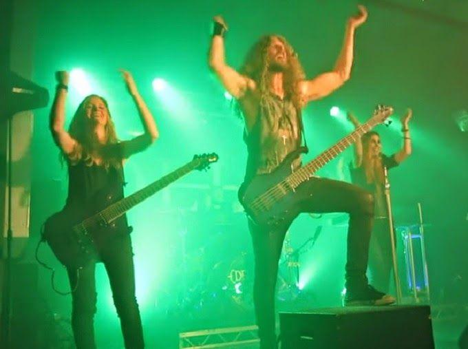 TVEstudio: El bajista de los metaleros Delain se rompe un testículo en pleno concierto