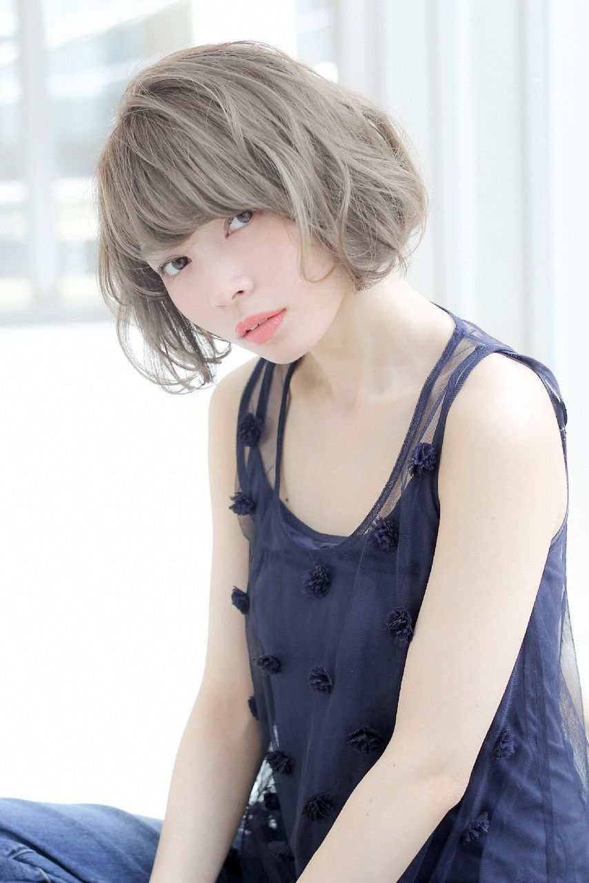 ヌーディーベージュ 甘めダブルカラー カラフルヘア 短い髪の