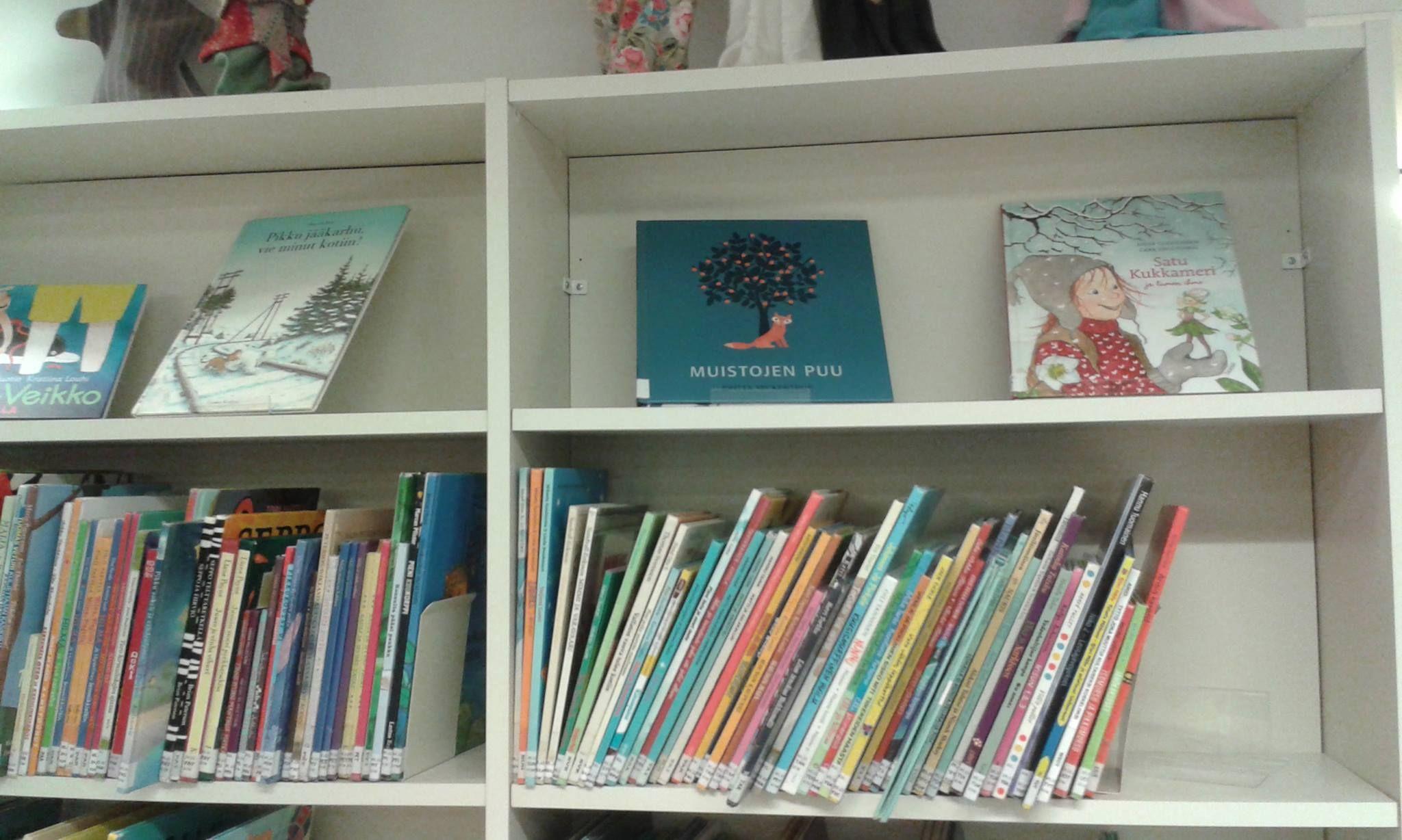 Lastenkirjoja esillä.