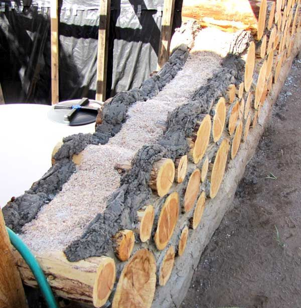 Técnica de construcción de un muro con Cordwood para el terrenito