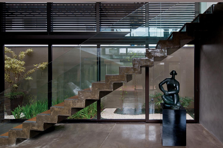 Galeria da Arquitetura   Casa Vila Madalena I - A decoração segue o design moderno, com linhas retas e muita luz. Peças de design e obras de arte permeiam o interior da residência