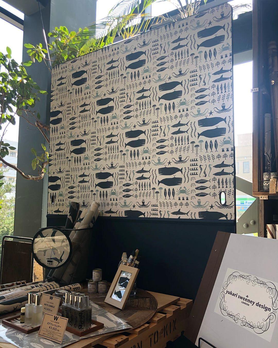 Walpa On Instagram Ysd London In Wallpaper Museum Walpa Osaka 海の中の生き物たちがたくさん つぶらな瞳のくじらや タトゥーの入ったカニが楽しい壁紙 Swimming In The Seaがお出迎えします くじら 海の中 壁紙