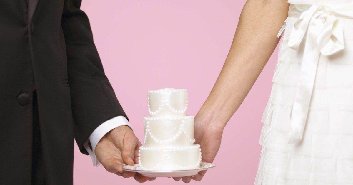 """Ideias para tornar um casamento pequeno inesquecível. Cada pessoa tem uma ideia diferente do que é um casamento dos sonhos, e casamentos pequenos são tão importantes quanto grandes eventos. De acordo com o site """"Intimate Weddings"""", um casamento pequeno geralmente tem menos de 75 convidados. Alguns casais escolhem pequenas cerimônias devido a restrições de orçamento ou espaço, enquanto outros preferem ..."""