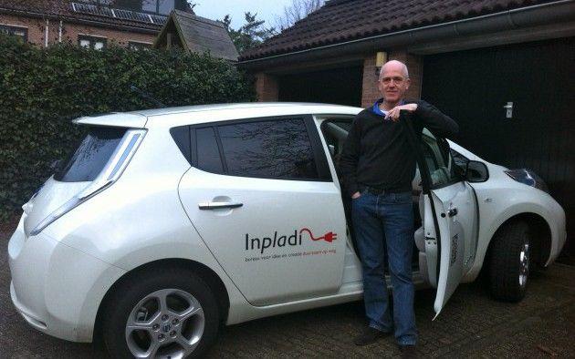 Henk, medeoprichter van Inpladi. Mét de bekende elektrische Inpladi auto.