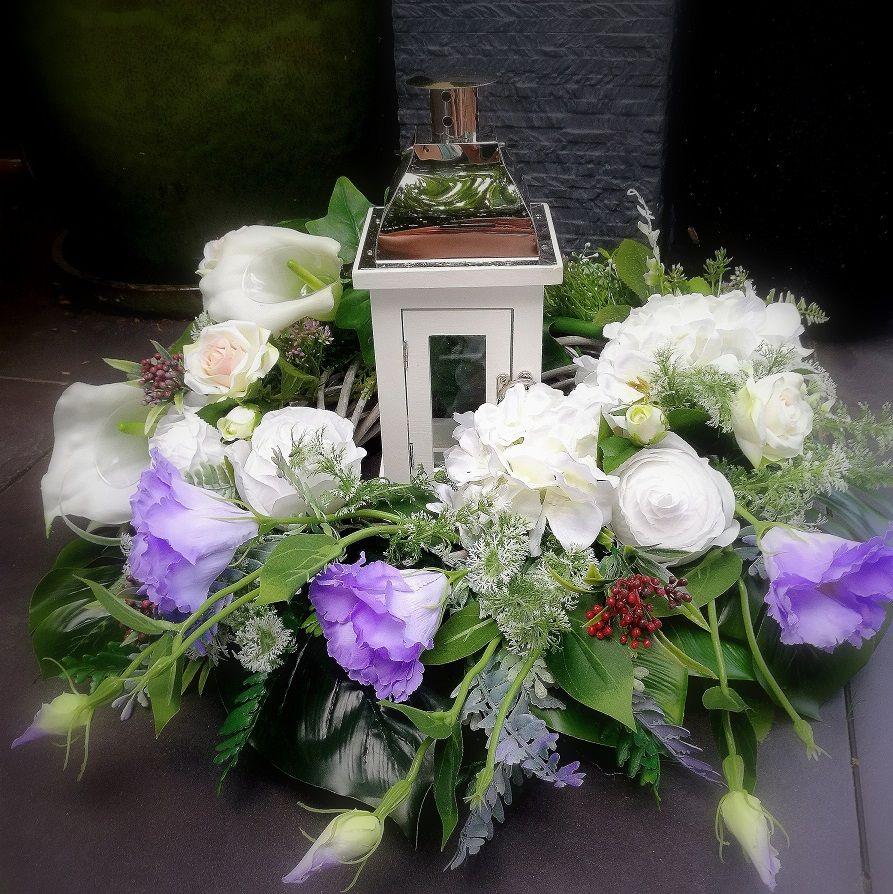 Kompozycja Kwiatowa Na Na Cmentarz Z Latarnia 140 Swiateczne Atelier Funeral Flowers Wreaths Flowers