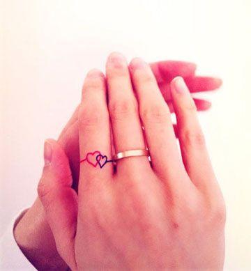 Tatuajes De Anillos En Los Dedos Entrelazados De Compromiso