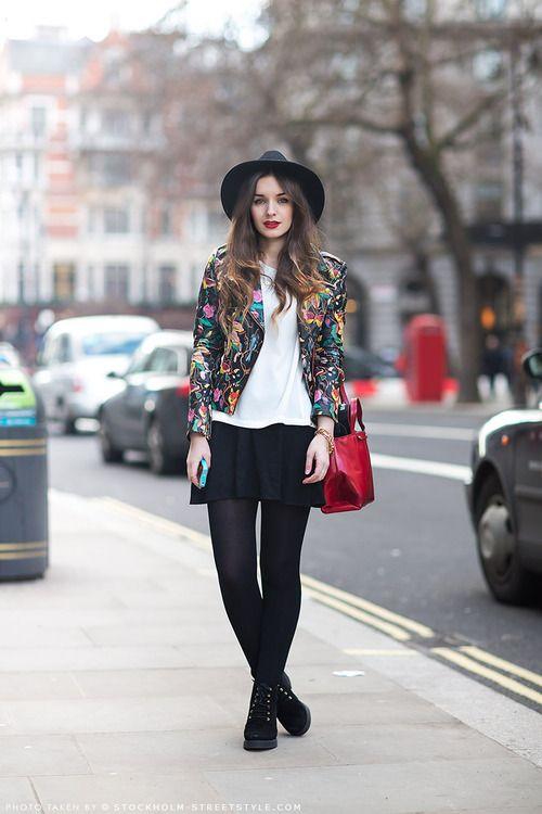 af98874d8 Look de moda: Blazer con print de flores negro, Blusa de manga corta ...