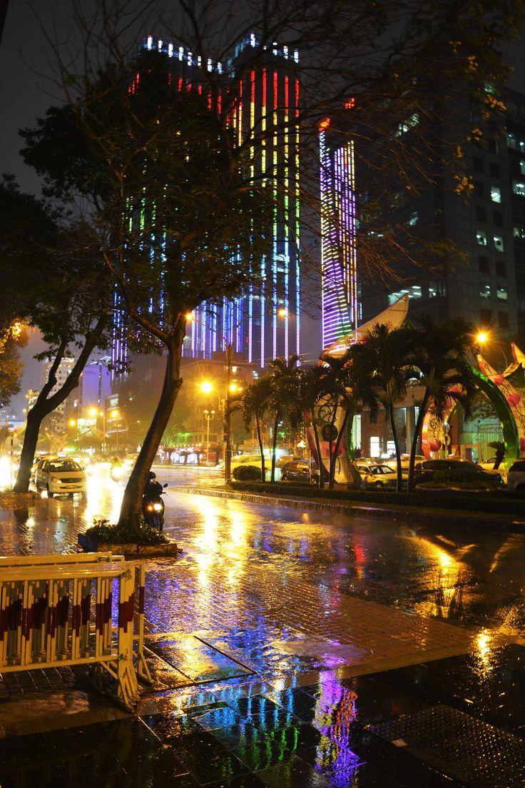 Hình ảnh Sài Gòn trong một đêm mưa vẫn rất lung linh nhờ ánh sáng từ những tòa nhà, ánh đèn đường và cả ánh đèn trang trí trên cây xanh và ...