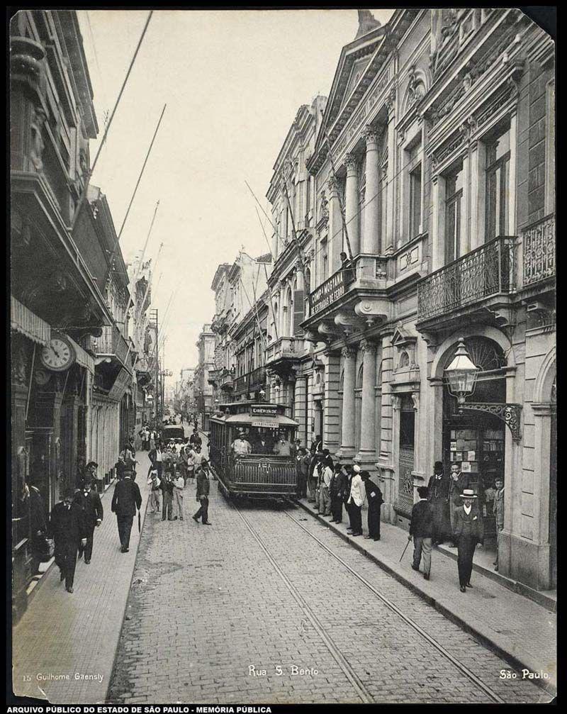 """Legenda: Rua XV de Novembro - Primeira década de 1900. Antiga rua """"Direita"""" e rua """"25 de Março"""" recebeu o apelido de """"Wall Street Santista"""""""