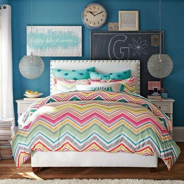 farbgestaltung schlafzimmer bett bettwäsche muster wandfarbe blau