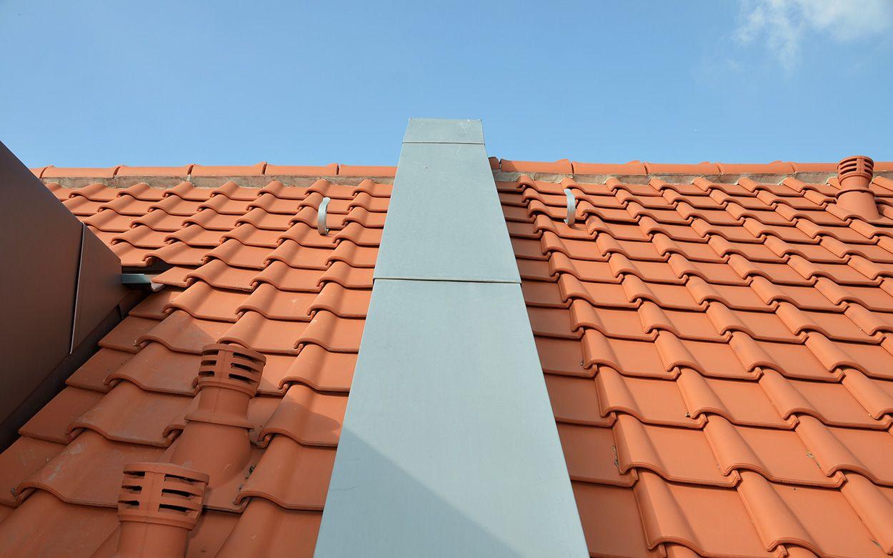 Detail einer Dachbedeckung mit Titanzink-Elementen