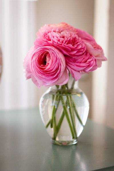 pequeños jarrones con flores como centro de mesa