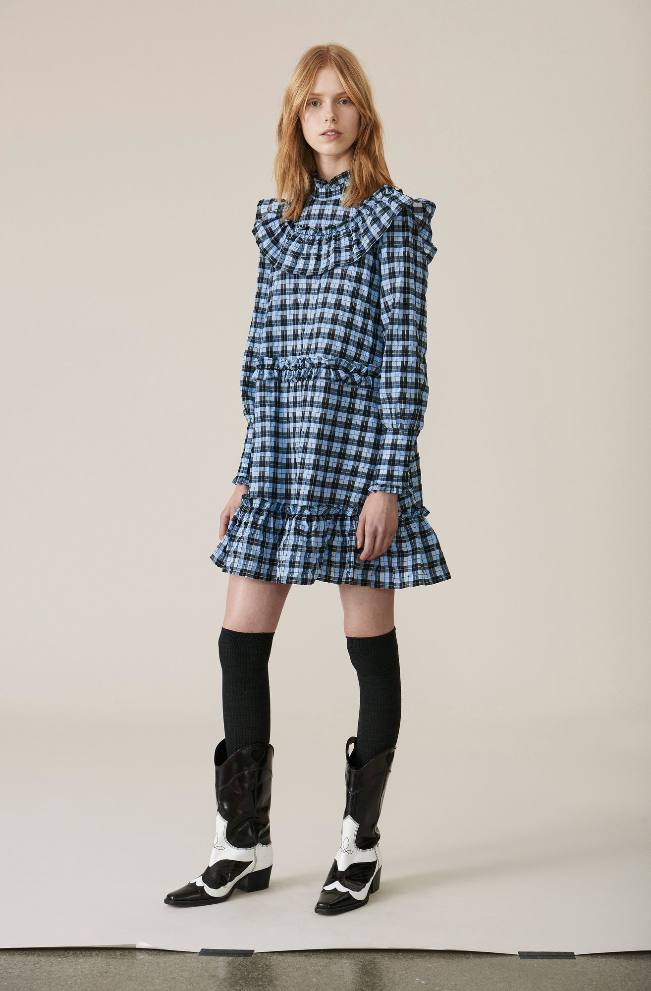 af1d83e2 Mini kjole med høj krave og flæser.   GANNI Angels   Fall Winter ...
