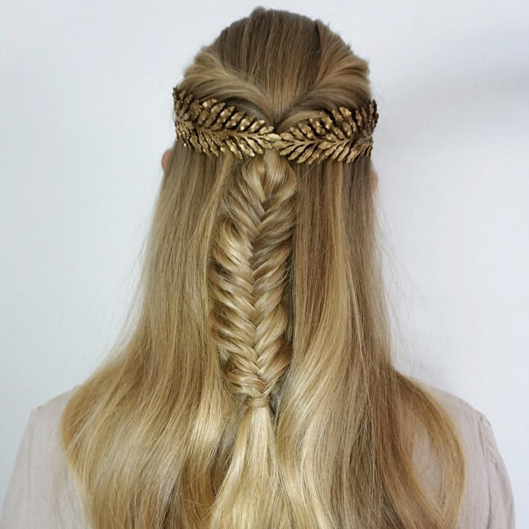 In love with this simple diy hairstyle paired with a beautiful leafy