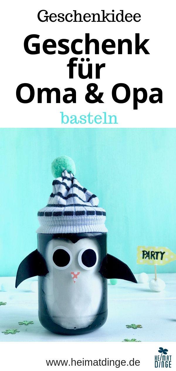 Praktische Weihnachtsgeschenke basteln mit Kindern: Pinguin Piet & Affe Annika als Geschenke im Glas - #weihnachtsgeschenkebasteln