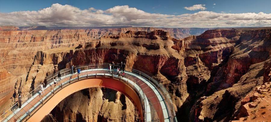 Небесная тропа (Skywalk) – #Соединённые_Штаты_Америки #Аризона (#US_AZ) Для любителей пощекотать себе нервы в 2007 году в Гранд-Каньоне была открыта смотровая площадка с прозрачным полом и перегородками прямо над огромной пропастью высотой 1200 метров. http://ru.esosedi.org/US/AZ/1000117656/nebesnaya_tropa_skywalk_/