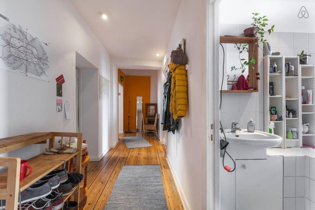 schau dir dieses gro artige inserat bei airbnb an gro es helles wg zimmer im altbau in berlin. Black Bedroom Furniture Sets. Home Design Ideas