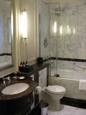 Venta ambulante antena ansiedad  savoy hotel bathroom | Luxury Marble Bathroom - Picture of The Savoy,  London - TripAdvisor | Luxury marble, Bathroom pictures, Round mirror  bathroom