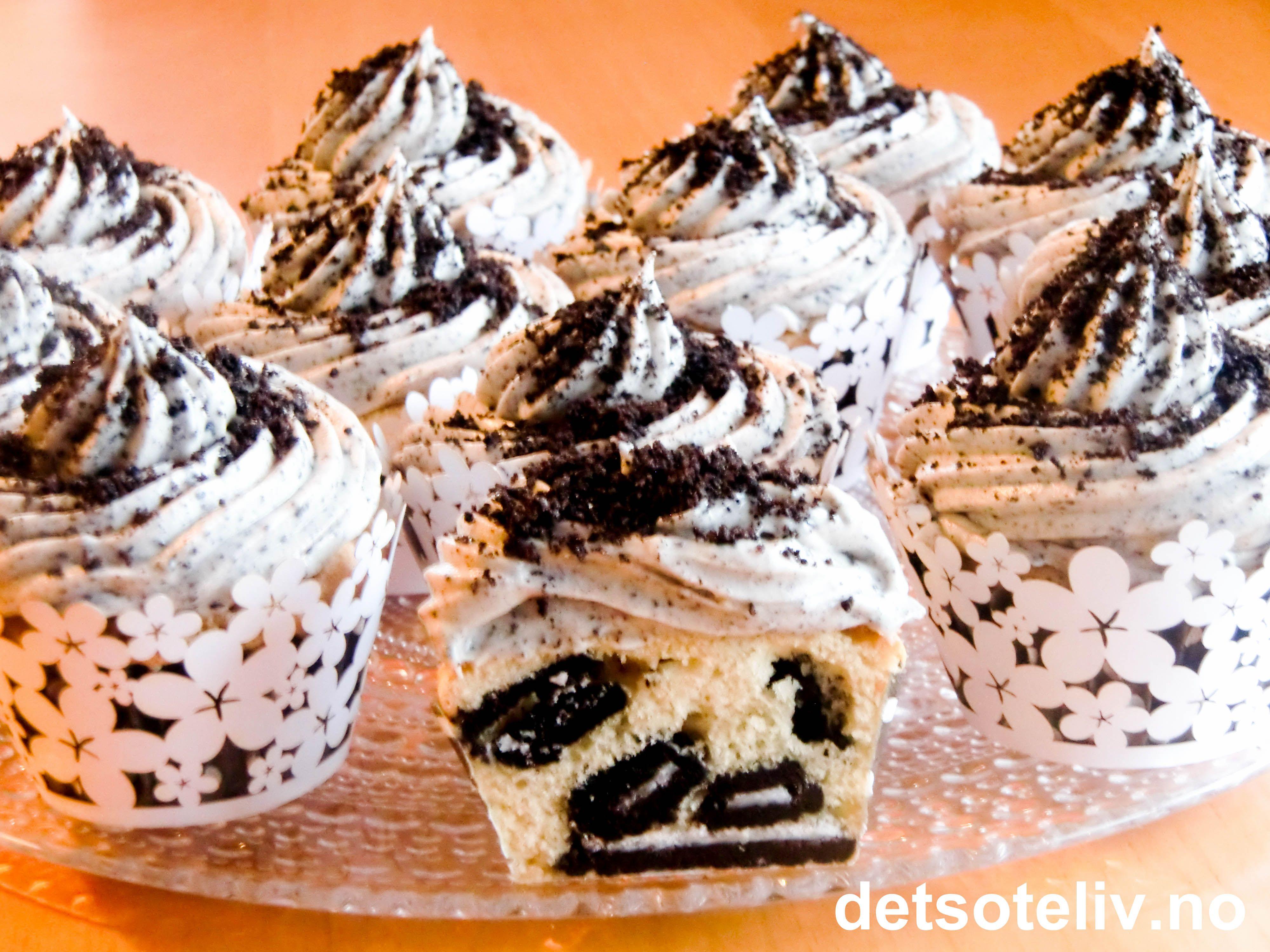 """Jeg har i det siste bakt mange helt utrolig deilige kaker med Oreokjeks, og du vil få se dem her på detsoteliv.no en etter en. Dette er en av de aller beste synes jeg! Supergode """"Oreo Cupcakes"""" som består av lyse muffins med vanilje og hakkede Oreokjeks, og som dekkes med nydelig frosting laget av ostekrem og fint knuste Oreokjeks. Oppskriften gir 24 stk garantert kjempepopulære cupcakes!"""