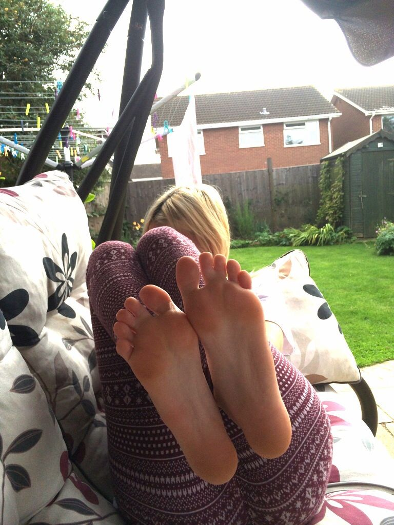teen-pretty-feet-selfie-women