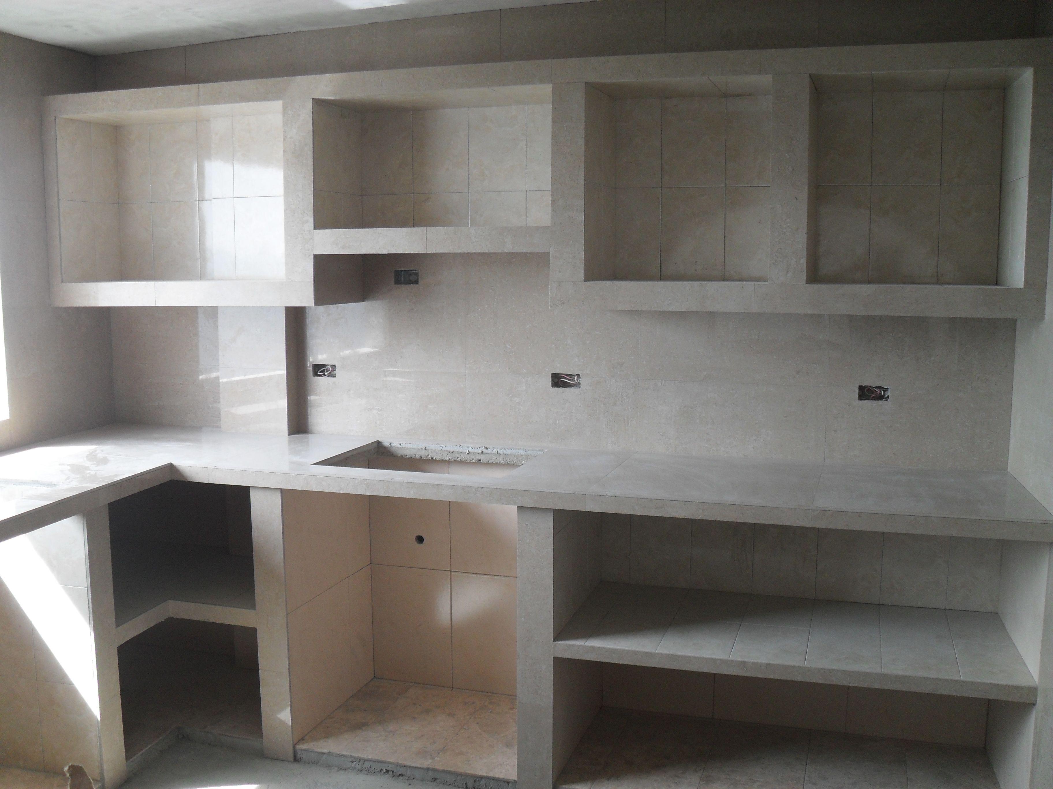 Cocina en mamposter a recubierta con cer mica y for Barras de cocina de concreto