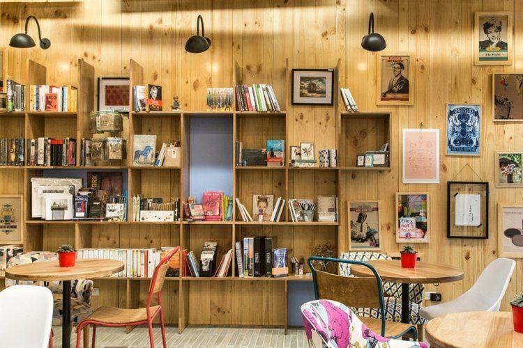 Cafe mit buchladen innendesign bilder  Café Einrichtung mit modernem Bücherregal neben den Tischen | P2 ...