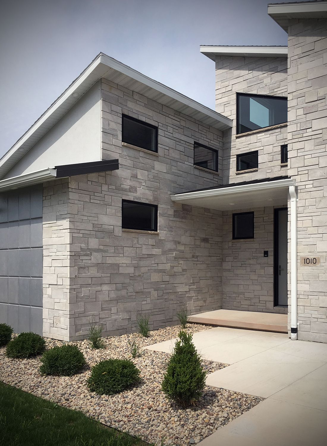 49 Most Popular Modern Dream House Exterior Design Ideas 3 In 2020: Tailored Blend Modern Home Exterior Stone Veneer - Thin Stone Masonry In 2020