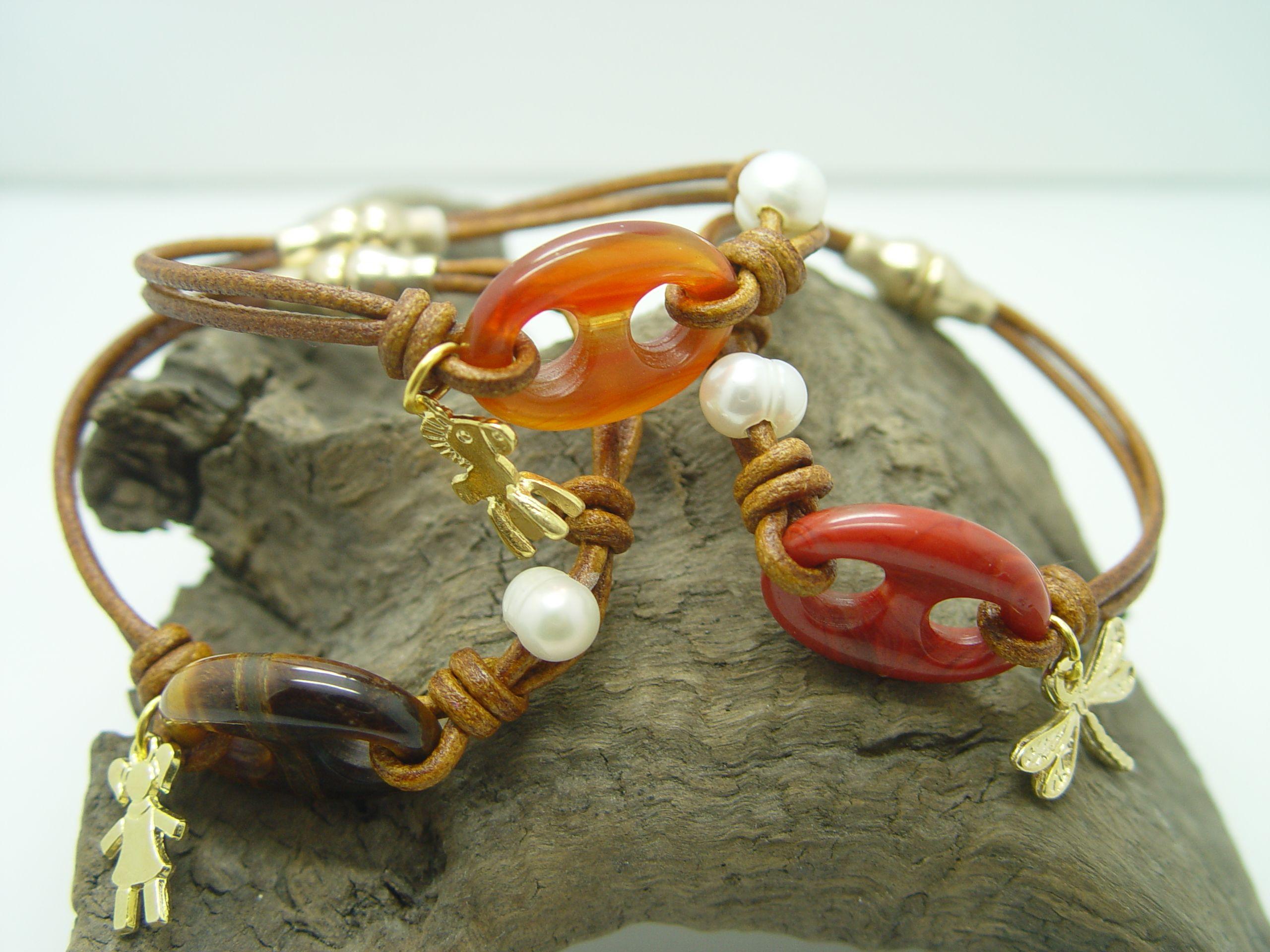 Pulsera con calabrote en piedra natural, perla cultivada y cuero.