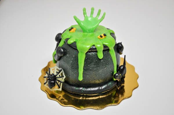 HH19 Cauldron, Bakeries and Halloween cakes - halloween decorated cakes